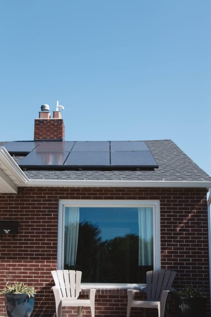 Ein haus mit Solaranlage auf dem Dach