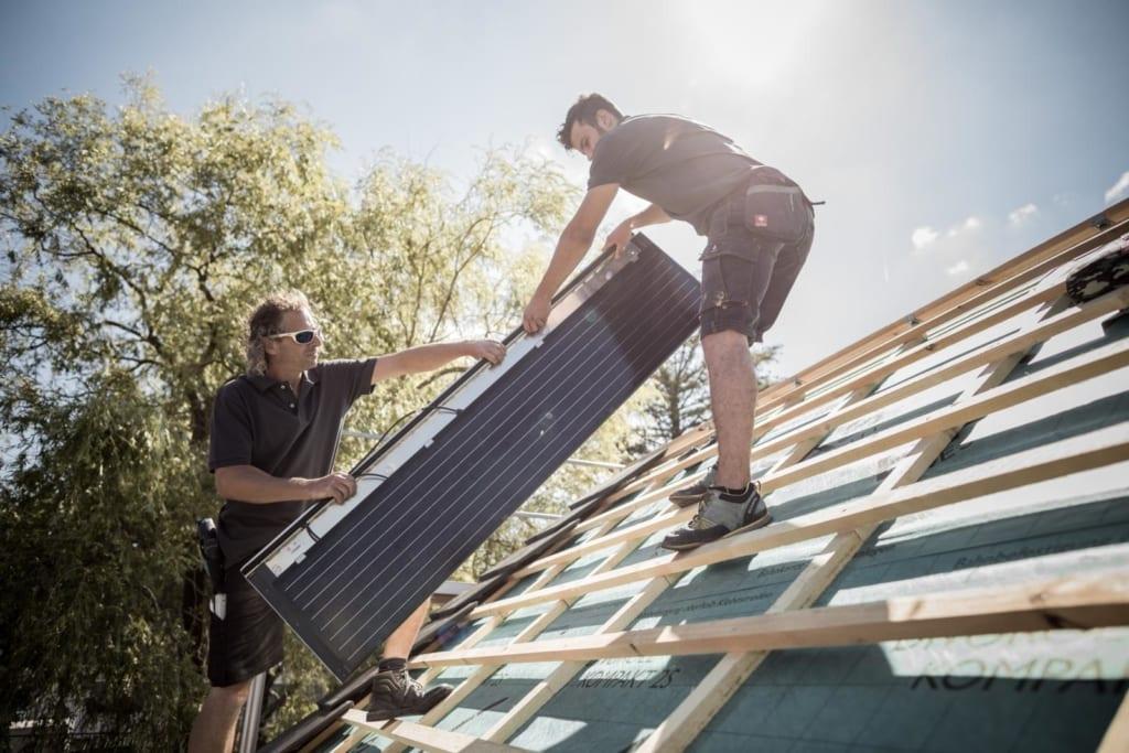Erfahrene lokale Dachdecker von MeinDach installieren ein Dach-Solarpanel