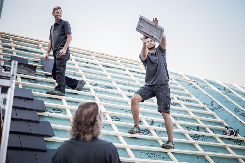 MeinDach Dachdecker arbeiten mit den besten Dachpfannen für den Dach