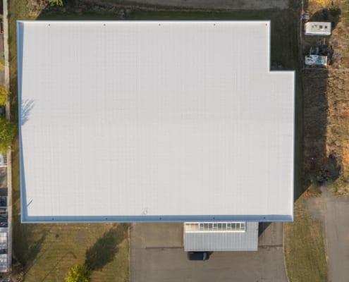Ein Geschäftshaus mit einem neuen Flachdach