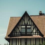 Ein traditionelles Haus mit Schrägdach
