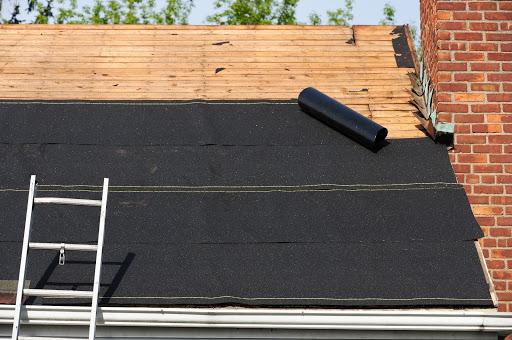 Asphaltdach wird installiert