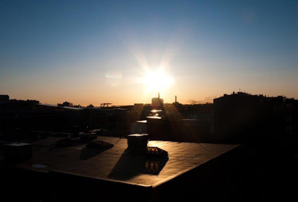 Ein professionell installiertes industrielles Flachdach bei Nacht in der Stadt