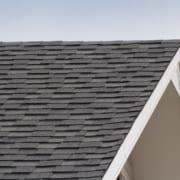 Preiswerte Bitumendachschindeln an einem Haus