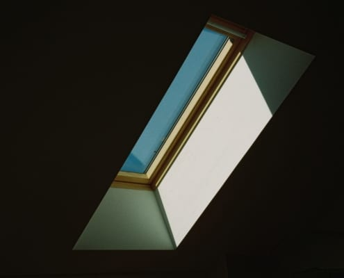 ein kostengünstiges Dachfenster auf einem Dachboden kostengünstiges Translations of kostengünstig AdjectiveFrequency economical wirtschaftlich, ökonomisch, sparsam, kostengünstig, ergiebig, haushälterisch
