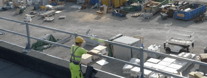 Dachdecker, der auf einem Industriedach arbeitet