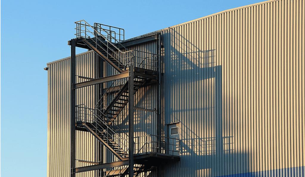 Industriedächer sind häufig deutlich höher und größer, als normale Einfamilienhäuser