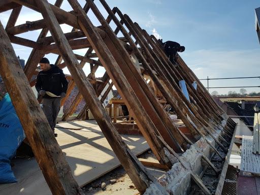 Dachdecker, die an der Dachinstallation arbeiten