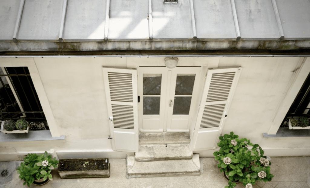Ein weißes Haus mit einem hochwertigen Metalldach