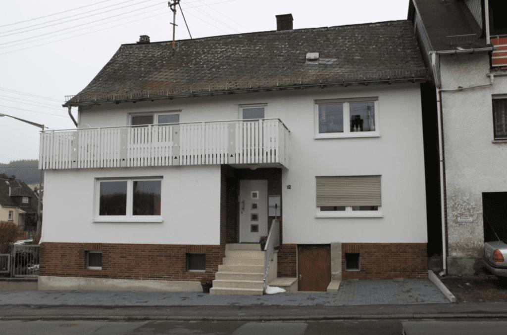 Ein schwer zu verkaufendes Haus mit einem defekten Dach