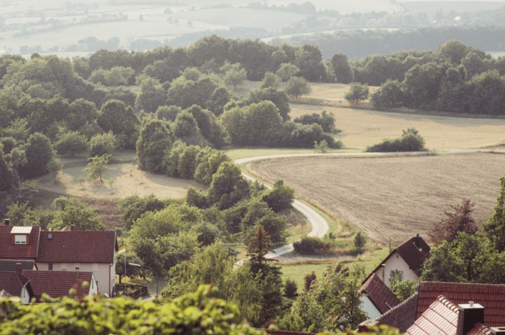 rote Ziegeldächer, ländliches Deutsch