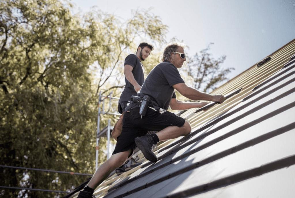 MeinDach Dachdecker arbeiten an der Energieeffizienz eines Daches
