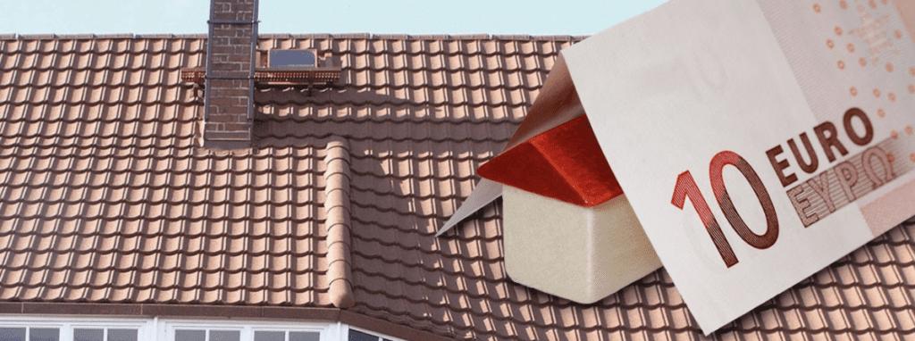 ein neues Dach mit einem Euro-Schein, der Kosteneinsparungen bei der Energieeffizienz des Dachs darstellt