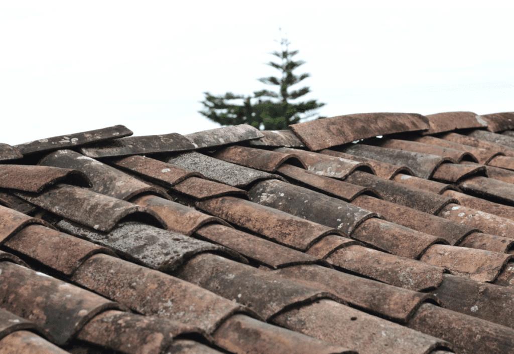 Ein altes Dach, das während der Koronapandemie reparaturbedürftig ist