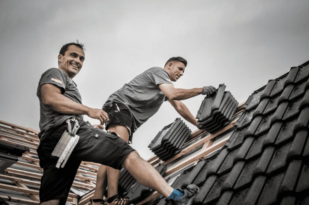 MeinDach Dachdecker reparieren ein Dach