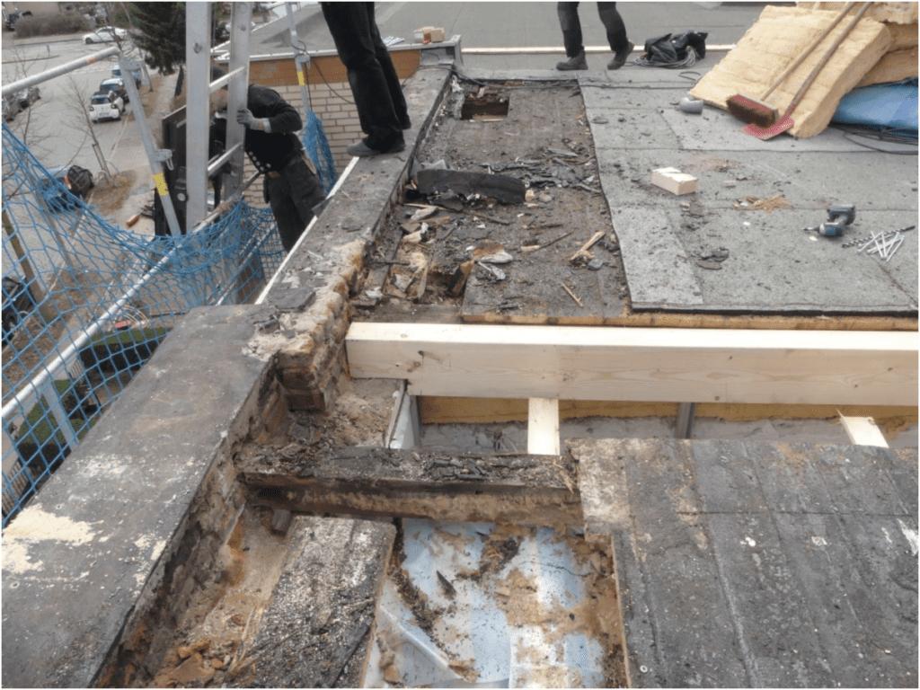 ein Dach mit zu spät erkannten Schäden