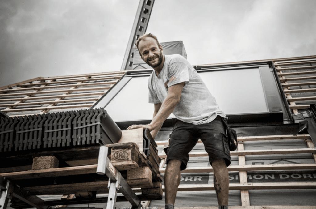 Ein erfahrener Dachdecker, der auf einem Dach arbeitet