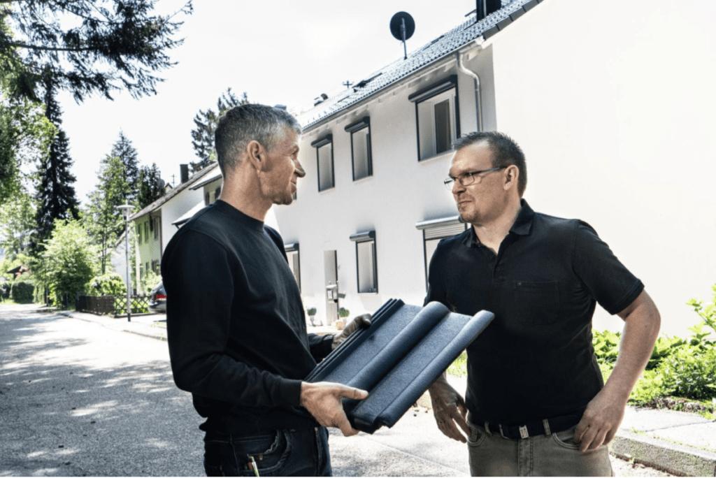 Der Hausbesitzer spricht mit einem erfahrenen Dachdecker, bevor er 2020 ein neues Dach installiert