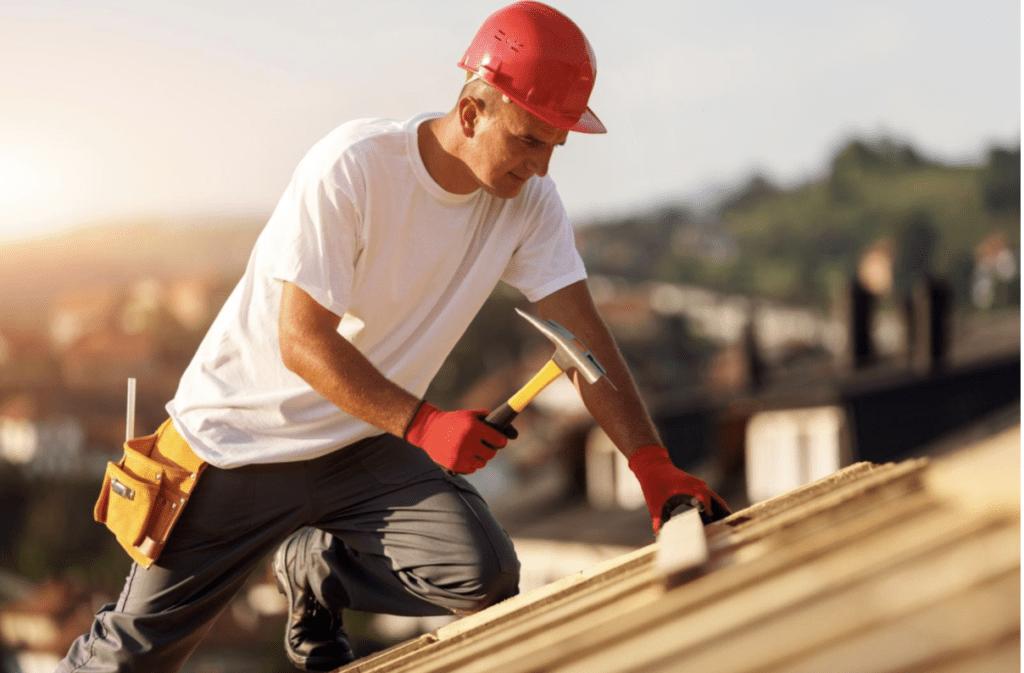 Dachschreiner, der an Holzdachsparren arbeitet