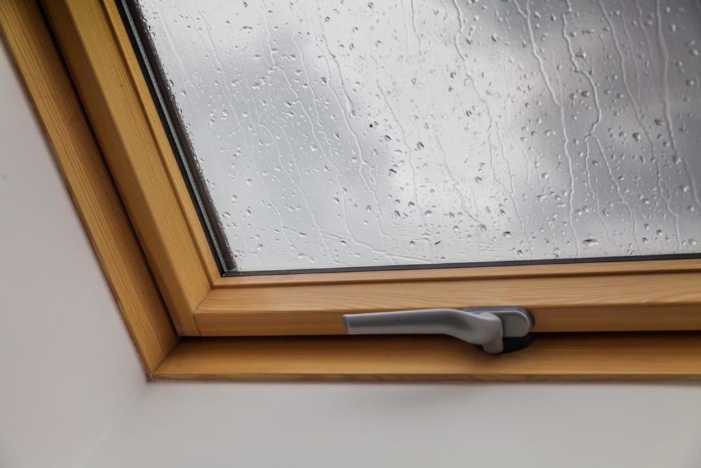 Dachfenster-Arten: Ein geschlossenes Dachfenster, das draußen regnete
