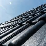 Eine Dachbeschichtung schützt Ihr Dach vor Umwelteinflüssen.