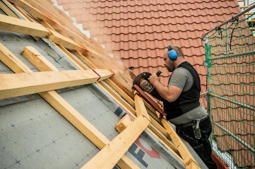 MeinDach Dachdecker macht sorgfältige Handarbeit bei einer Dachrenovierung, Deutschland