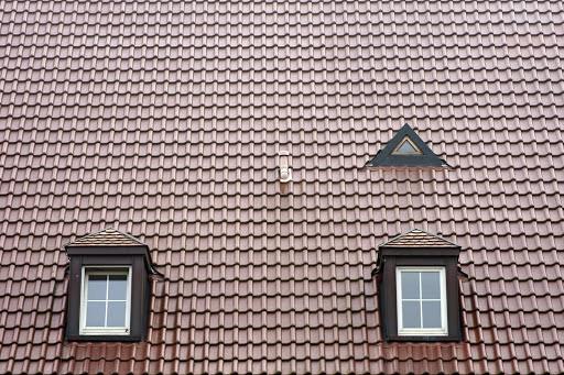 Die Neueindeckung des Daches ist häufig nur ein Teil der Dachsanierung. Am besten nutzen Sie das freigelegte Dach und verbessern auch Ihre Dachdämmung. Entsprechend des Umfangs der Dachsanierung variieren auch die Kosten.