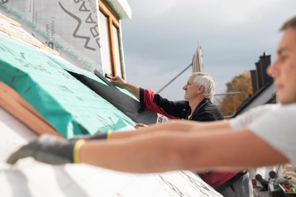 Mit MeinDach finden Sie den passenden Dachdecker für IhreProfessionelle Dachdecker von MeinDach installieren hochwertige DachoberlichterDachsanierung. Unsere Experten beraten Sie rund um das Thema Dach sowie zu passenden Dachfenstern