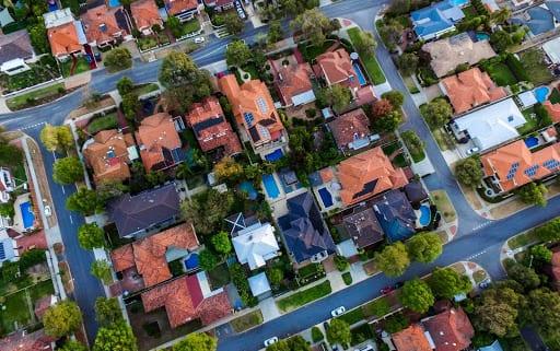 Dachpfannen aus Ton werden auch Dachziegel genannt. Mehr über die Vorteile von Dachziegeln erfahren Sie hier