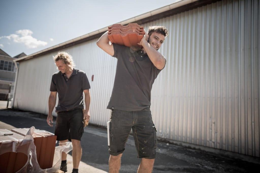 MeinDach professionelle deutsche Dachdecker, die ein Tondach installieren