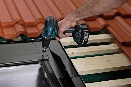 Ein professioneller deutscher Dachdecker, der ein Dachoberlicht installiert