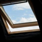 Nahaufnahme eines professionell Dach Dachfenster installiert